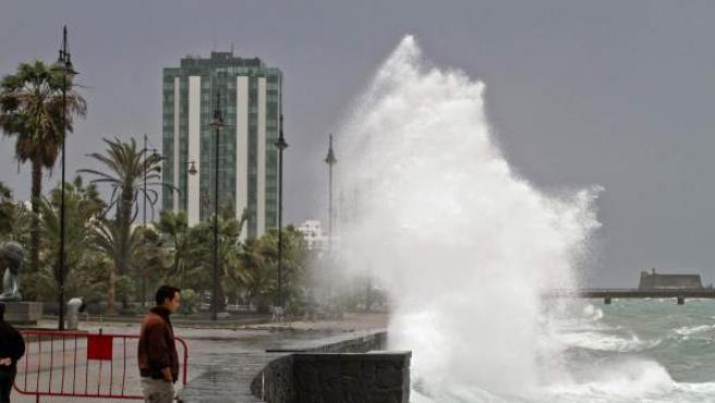 Un hombre observa las olas en el paseo marítimo de Arrecife, en Lanzarote, una de las dos islas canarias, junto con Fuerteventura, que estuvo en situación de prealerta a causa del fuerte temporal de viento y lluvia que azota el archipiélago.