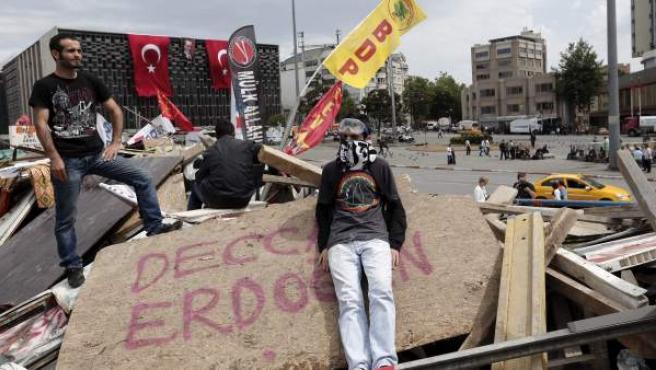 Dos activistas permanecen en una barricada situada a la entrada del parque Gezi en Estambul.