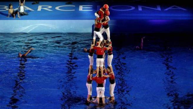 Un grupo de 'castellers' realizan un 'castell' en la piscina del Palau Sant Jordi de Barcelona durante la ceremonia inaugural de los Mundiales de Natación Barcelona 2013.