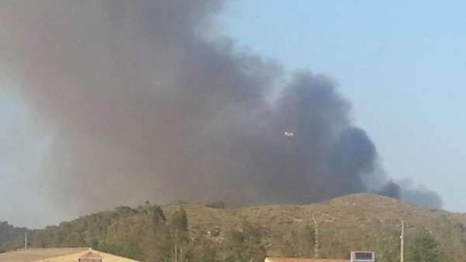 Columna de humo provocada por el incendio que se ha declarado en Benaguasil.