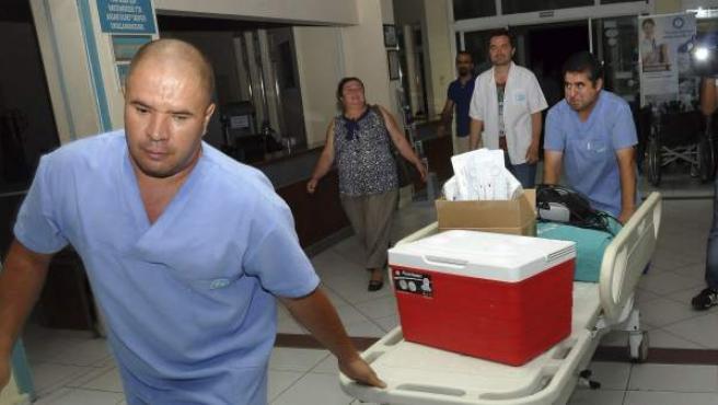 Imagen del traslado de órganos para un exitoso trasplante de cara en Turquía.
