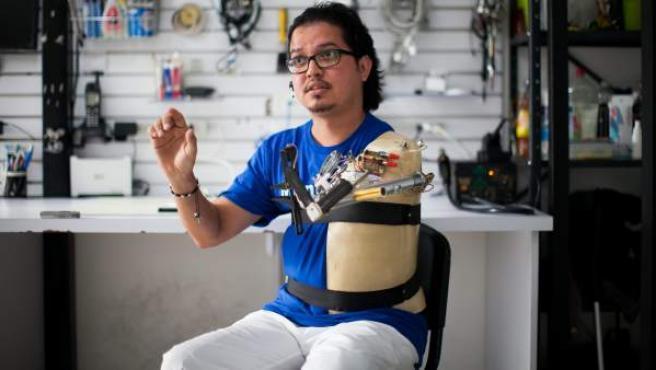 Fotografía tomada el 10 de julio de 2013, que muestra a Ángel Sanguino, un joven venezolano técnico en electrónica que se ha fabricado su propio brazo.