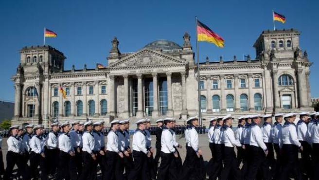 Soldados alemanes pasean frente al Reichstag en la ceremonia anual del 20 de julio.