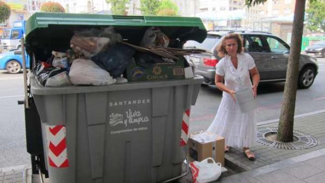 Vecina de Santander dejando basura en un contenedor