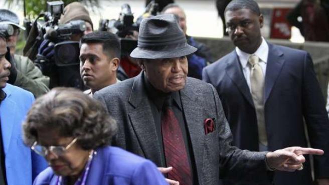 Los padres de Michael Jackson, Joe y Katherine, llegan a la Corte.