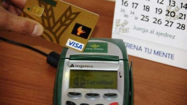 Tarjeta de crédito a punto de ser pasada por el datáfono.