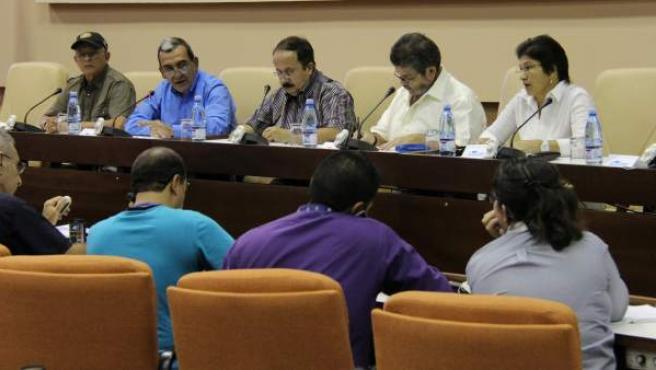 Los integrantes de las Fuerzas Revolucionarias de Colombia (FARC) Ricardo Téllez, Mauricio Jaramillo, Andrés París, Hermes Aguilar y Sandra Ramírez durante una conferencia de prensa.