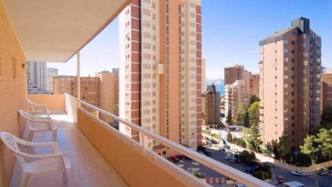El balcón de un apartamento en una localidad costera española.