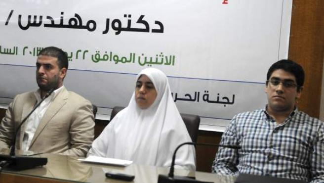 Los hijos del depuesto presidente egipcio Mohamed Morsi en una rueda de prensa anunciando que tomarán medidas legales por el secuestro de su padre.