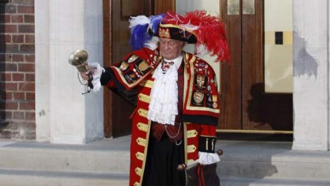 Un pregonero anuncia el nacimiento del hijo de los duques de Cambridge.
