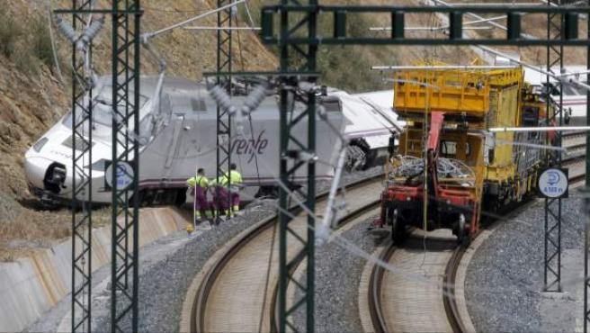 Labores de inspección de la locomotora del tren Alvia procedente de Madrid que descarriló en Santiago de Compostela.