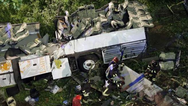 Imagen de los bomberos en los restos del autocar siniestrado en Italia.