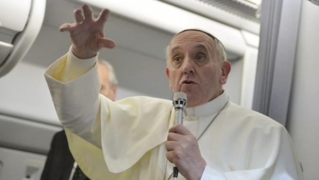 El papa Francisco da una rueda de prensa a bordo del avión que le trasladó a Italia tras abandonar Río de Janeiro (Brasil).