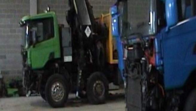 Captura del vídeo grabado por los Mossos d'Esquadra en uno de los almacenes donde encontraron camiones y remolques robados.