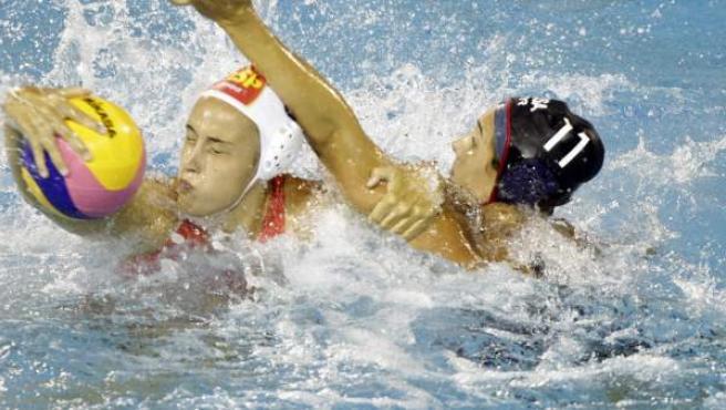 La waterpolista española Andrea Blas (i) y la estadounidense Annika Dries (d) luchan por el balón