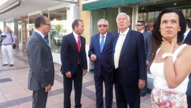 Margallo paseando por el centro de Melilla