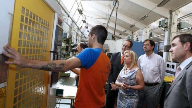 La consejera de Educación, Dolores Serrat, en el CPIFP 'Corona de Aragón'
