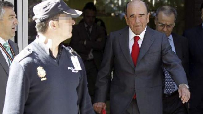 El presidente del Santander, Emilio Botín, a su salida de la Audiencia Nacional.