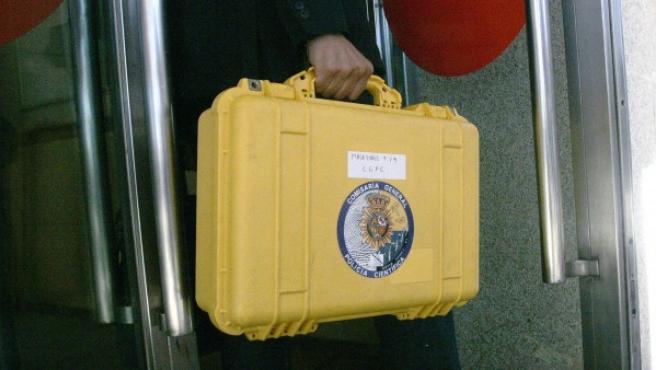 Técnicos y policía científica llegan al juzgado de Santiago de Compostela para analizar las cajas negras del tren siniestrado el 24 de julio.