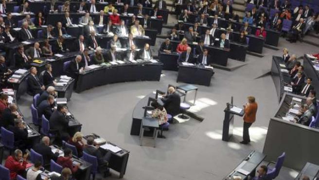 La canciller alemana, Angela Merkel, ofrece una declaración ante el Bundestag, la cámara baja alemana, en Berlín.
