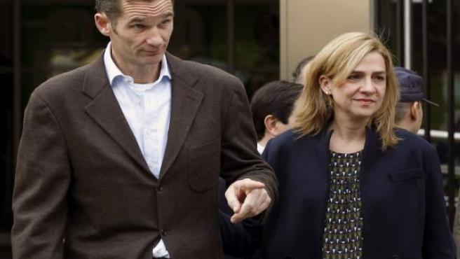 Fotografía de archivo de la infanta Cristina y su esposo, Iñaki Urdangarín, tomada el 25 del Noviembre de 2012, a su salida del hospital madrileño Quirón San José, donde visitaron al rey.