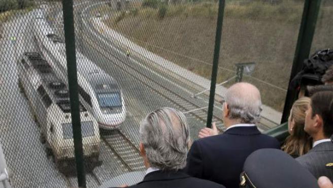 El ministro del Interior Jorge Fernández Díaz,c, la ministra de Fomento, Ana Pastor,d, y el presidente de Renfe, Julio Gomez-Pomar,iz, durante la visita que Fernández Diaz realizó al lugar donde descarriló el tren Alvia Madrid-Ferrol.
