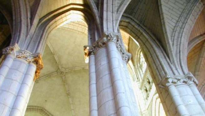 Arcos góticos del interior de la Catedral de Santa María de Vitoria.