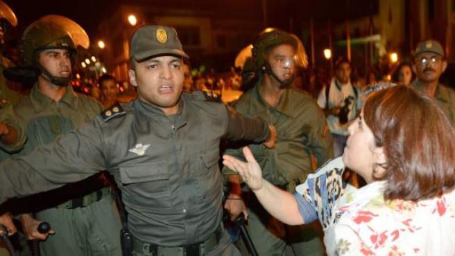 Imagen de la protesta en Rabat contra el indulto del reo español Daniel Galván, condenado en ese país por abusar de 11 niños.