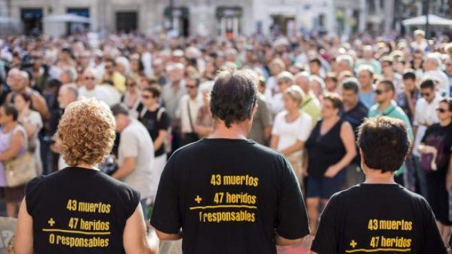 Centenares de personas guardan cinco minutos de silencio durante la concentración que cada día 3 realiza la Asociación de Víctimas del Metro 3 de julio de 2006 para pedir responsabilidades y justicia por el siniestro que costó la vida a 43 personas en Valencia.