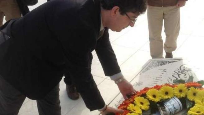 Valderas hace una ofrenda ante la tumba de Arafat
