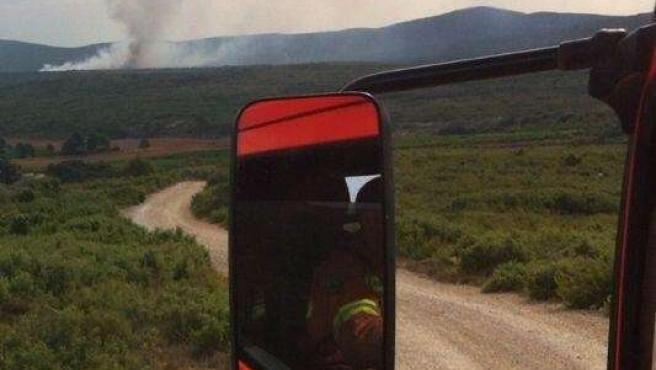 Una dotación de bomberos de camino al incendio de Chiva