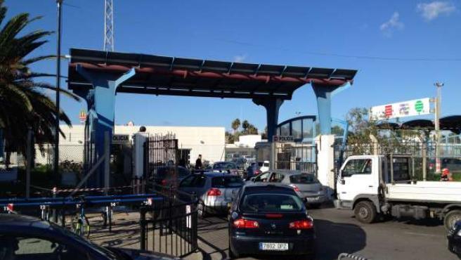 Colas de vehículos al cruzar la verja de Gibraltar
