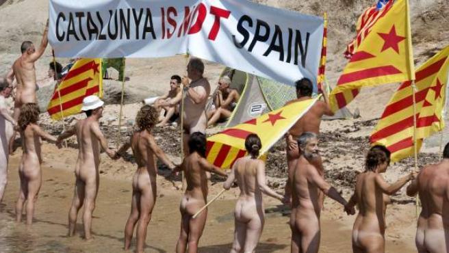 Cadena humana nudista por la independencia de Cataluña, en Palamós.