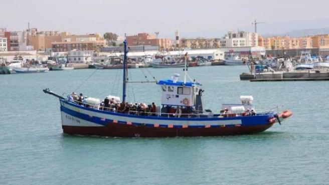 El barco sale a mar abierto repleto de turistas.