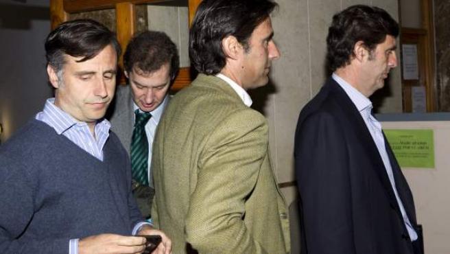 José María, Pablo y Zoilo Ruiz-Mateos (i-d), hijos del empresario José María Ruiz Mateos, llegan a los juzgados de instrucción de la capital balear.