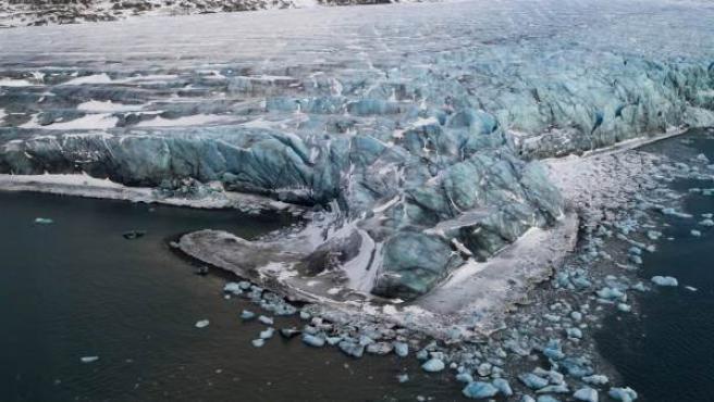 Vista general de un glaciar desde el helicóptero en el que viajaban la jefa de políticas exteriores de la Unión Europea, Catherine Ashton, y el ministro de Asuntos Exteriores de Noruega, Jonas Gahr Stoere, para realizar un estudio climatológico en Ny Aalesund, Svalbard, Noruega.