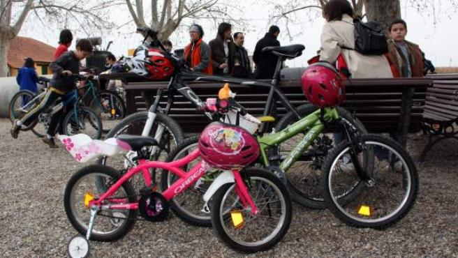 Participantes en una marcha reivindicativa hacen una pausa en su recorrido en bicicleta.