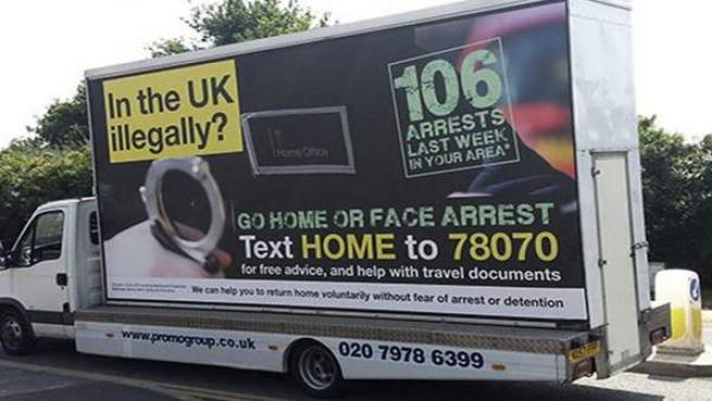 """Un camión con una publicidad en la que se puede leer """"¿Estás en Reino Unido de manera ilegal? Vete a casa o te enfrentas a ser detenido""""."""