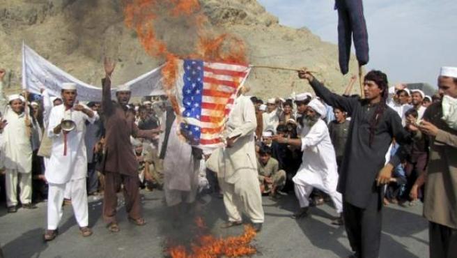 Afganos queman una bandera durante una protesta contra Estados Unidos por la difusión de un vídeo sobre Mahoma.