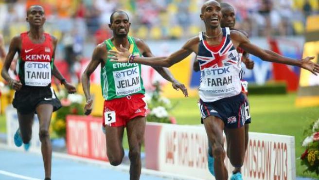 El atleta británico Mo Farah celebra su victoria en los 10.000 de los Mundiales de atletismo de Moscú 2013.