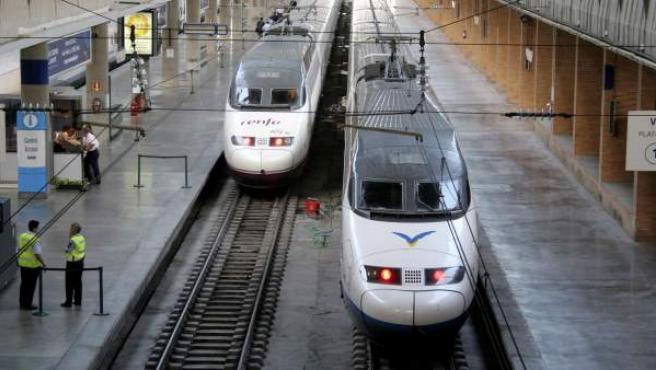 Dos trenes AVE en la estación de Santa Justa, en Sevilla.