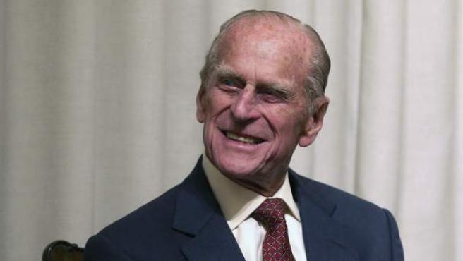 El príncipe Felipe, duque de Edimburgo, sonríe durante la entrega de varias medallas en la Royal Society de Edimburgo (Reino Unido).