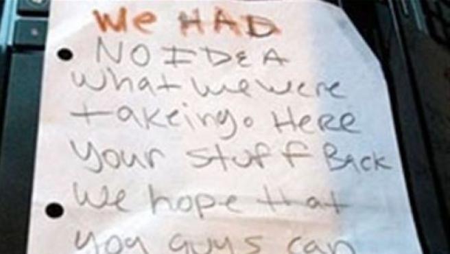 La nota de disculpa de los ladrones, escrita en inglés.