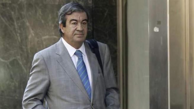 El ex secretario general del PP Francisco Álvarez-Cascos, a su llegada a la Audiencia Nacional para prestar declaración como testigo ante el juez Pablo Ruz, instructor del caso Bárcenas.