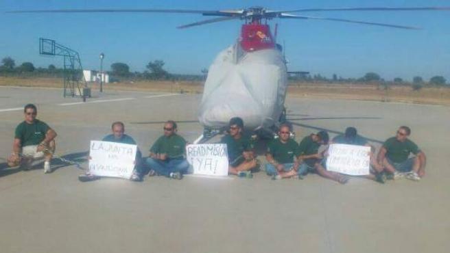 Apoyo de una docena de bomberos a compañeros despedidos.