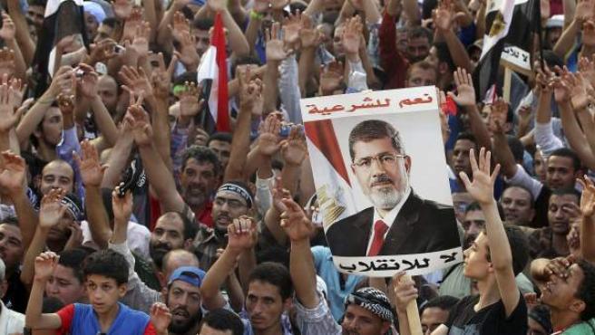 Partidarios del depuesto presidente Mohamed Morsi protestan junto a la mezquita Rabaa al-Adawiya, en una imagen reciente.