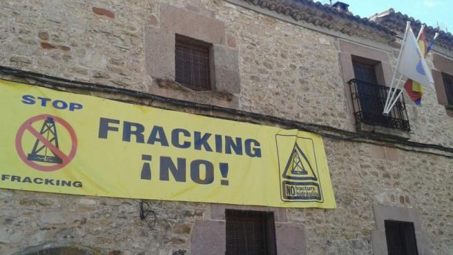 Un enorme cartelón avisa de que Anguita se ha proclamado Ayuntamiento libre de 'fracking'.