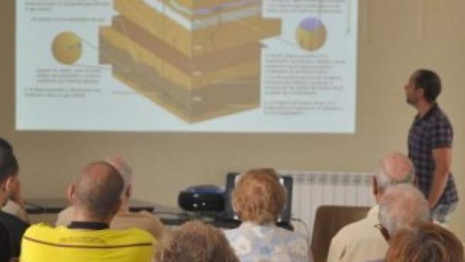 Alberto Mayor Barahona, en una charla a los vecinos de Medranda contra el uso de la técnica extractiva de gas 'fracking'.