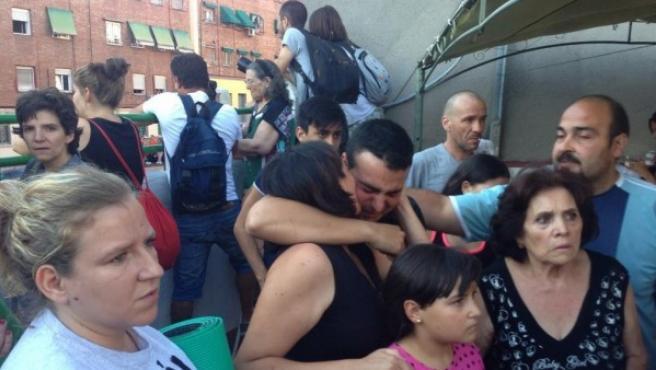 Alegría entre los acampados en la azotea del edificio de Ofelia Nieto al retirarse la Policía de la zona.