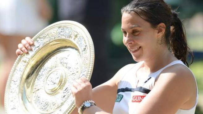Marion Bartoli, con el trofeo de ganadora de Wimbledon.